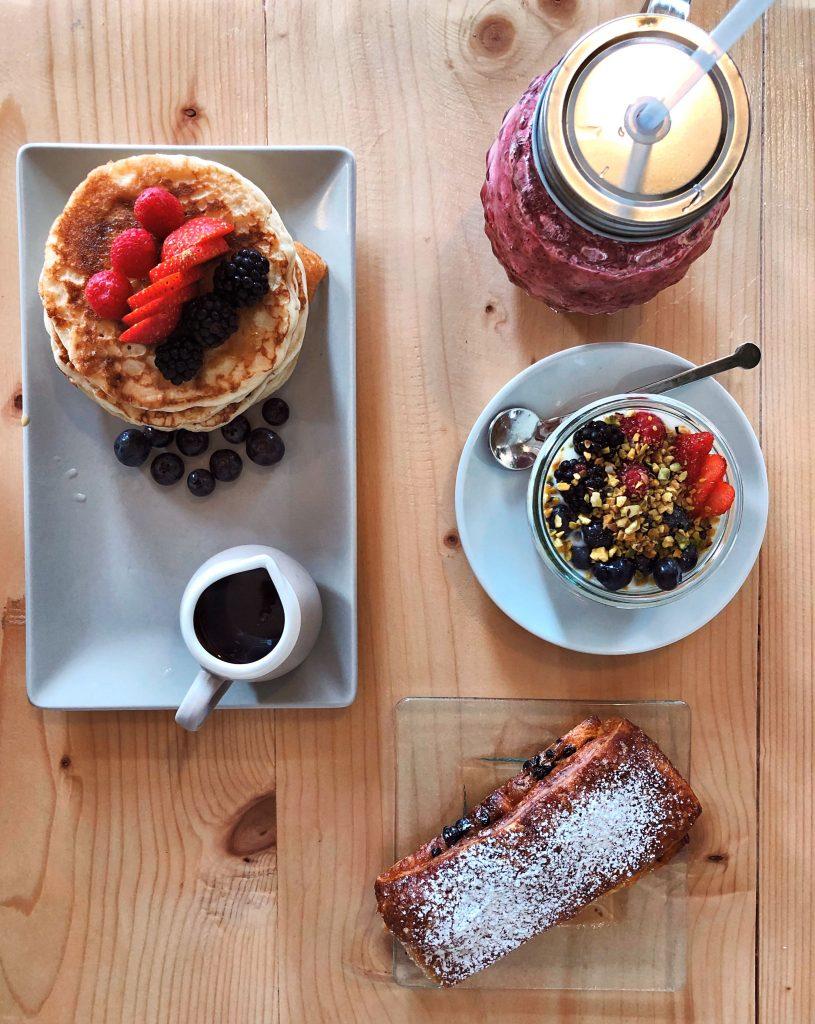 pancake-colazione-brioches-yogurt